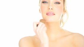 Blondynki kobieta stosuje jej makeup zdjęcie wideo