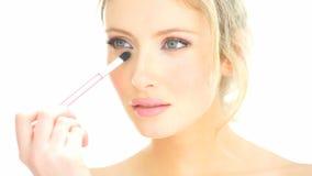 Blondynki kobieta stosuje jej makeup zbiory wideo