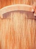 Blondynki kobieta szczotkuje jej włosy z gręplą Obrazy Royalty Free