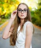 Blondynki kobieta target964_0_ eyeglasses i biały bluzkę Zdjęcie Royalty Free