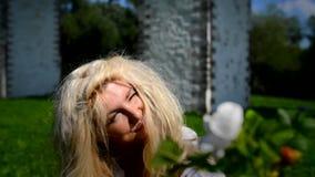 Blondynki kobieta trzyma out kwiatu zbiory