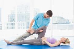 Blondynki kobieta w ciąży dostaje relaksującego masaż Zdjęcia Royalty Free
