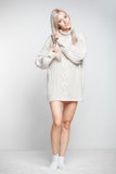 Blondynki kobieta w kaszmirowym pulowerze Zdjęcia Royalty Free
