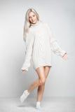 Blondynki kobieta w kaszmirowym pulowerze Fotografia Royalty Free