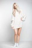 Blondynki kobieta w kaszmirowym pulowerze Zdjęcia Stock
