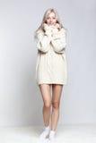 Blondynki kobieta w kaszmirowym pulowerze Zdjęcie Royalty Free