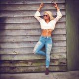 Blondynki kobieta w niebieskich dżinsach Obrazy Stock