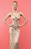 Blondynki kobieta w pięknej złotej sukni zdjęcia stock