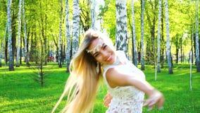 Blondynki kobieta w zmysłowym kostiumowym tanu w brzoza gaju z obiektywu racy skutkiem zbiory