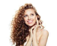 Blondynki kobieta z długim zdrowym włosy odizolowywającym na białym tle zdjęcie royalty free