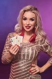 Blondynki kobieta z doskonalić fryzurą jaskrawym makijażem i pozuje z kartami do gry w jej rękach Kasyno, grzebak zdjęcie royalty free