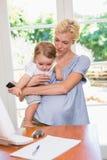 Blondynki kobieta z jego synem używa laptop Obraz Royalty Free