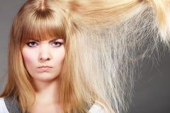 Blondynki kobieta z jej uszkadzającym suchym włosy Obraz Royalty Free