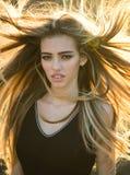 Blondynki kobieta z kędzierzawym pięknym włosy Piękno włosiany salon Mody ostrzyżenie Piękno dziewczyna z długim i błyszczącym fa zdjęcia stock