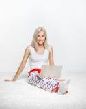 Blondynki kobieta z laptopem Fotografia Stock