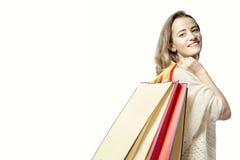 Blondynki kobieta z papierowymi torba na zakupy po sukcesu zakupy Obrazy Stock