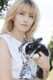 Blondynki kobieta z Peruwiańskim królikiem doświadczalnym Zdjęcia Stock