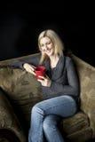 Blondynki kobieta z Pięknymi niebieskimi oczami i Czerwoną filiżanką. Obrazy Stock