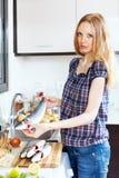 Blondynki kobieta z surowym seabass Zdjęcia Royalty Free