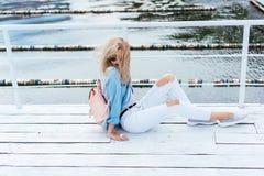 Blondynki kobieta z torbą Obrazy Stock