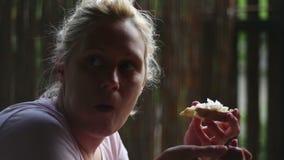 Blondynki kobiety łasowania cebula i chleb zbiory wideo