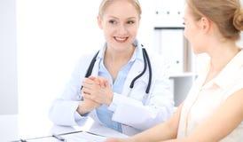 Blondynki kobiety lekarka i pacjent opowiada w szpitalnym biurze Opieka zdrowotna i klient usługa w medycynie obrazy royalty free