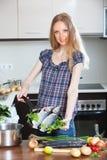 Blondynki kobiety lubina kulinarna ryba w smażyć nieckę Obrazy Stock