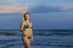 Blondynki kobiety model Przy plażą Fotografia Stock