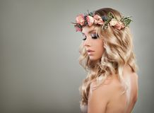 Blondynki kobiety mody model z blondynka Falistym włosy Obraz Royalty Free