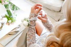 Blondynki kobiety naprawiania kwiatu bransoletka obrazy stock