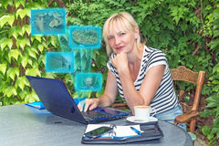 Blondynki kobiety pracy życia równowagi w średnim wieku pojęcie Fotografia Royalty Free