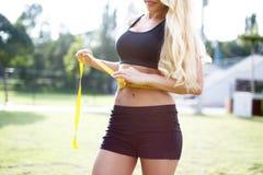 Blondynki kobiety talii pomiarowy obwód Fotografia Royalty Free