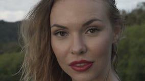 Blondynki kobiety zbliżenia portret ono uśmiecha się outdoors zdjęcie wideo