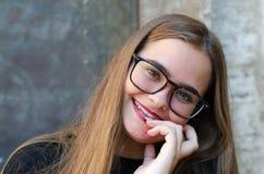 Blondynki młoda dziewczyna z szkłami i czerwieni wargami obraz royalty free
