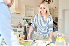 Blondynki młodej kobiety położenia stół dla gościa restauracji zdjęcia stock