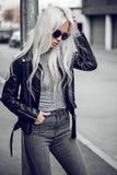 Blondynki młoda dziewczyna pozuje outside Obraz Stock