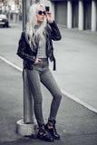 Blondynki młoda kobieta pozuje outside Zdjęcie Stock