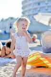 Blondynki mała dziewczynka na plażowej pozyci w piasku obrazy stock