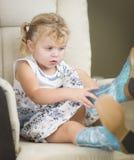 Blondynki małej dziewczynki Z włosami błękit Przyglądający się kładzenie na Kowbojskich butach Zdjęcie Royalty Free