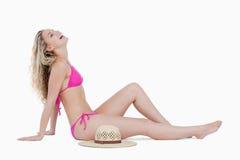 Blondynki nastolatka siedzący puszek i target124_0_ jej głowę Zdjęcia Royalty Free