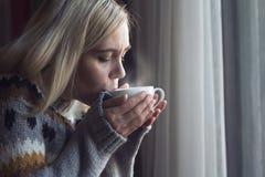 Blondynki piękna kobieta pije kawę w ranku Zdjęcia Royalty Free