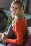 Blondynki schudnięcia ślicznego napadu biznesowa kobieta w pomarańczowy puloweru ono uśmiecha się C zdjęcie royalty free