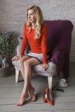 Blondynki schudnięcia ślicznego napadu biznesowa kobieta w pomarańczowy puloweru ono uśmiecha się C fotografia royalty free