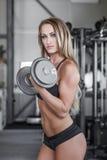 Blondynki sprawności fizycznej modela trening z dumbbell Fotografia Royalty Free