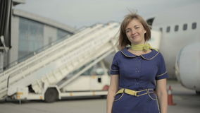 Blondynki stewardesy stojaki na tle samolotowa drabina zbiory