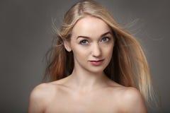 Blondynki włosy dmuchanie Fotografia Stock