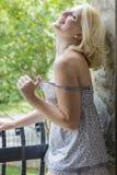 Blondynki Wzorcowy Relaksować W Domu Zdjęcie Royalty Free