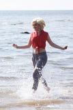 Blondynki z włosami młoda kobieta przy plażą Obraz Stock