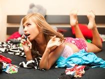blondynu łóżkowy telefon Zdjęcia Stock