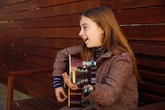 Blondynu dzieciaka dziewczyna bawić się gitarę Obraz Royalty Free